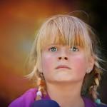 zamyślona dziewczynka